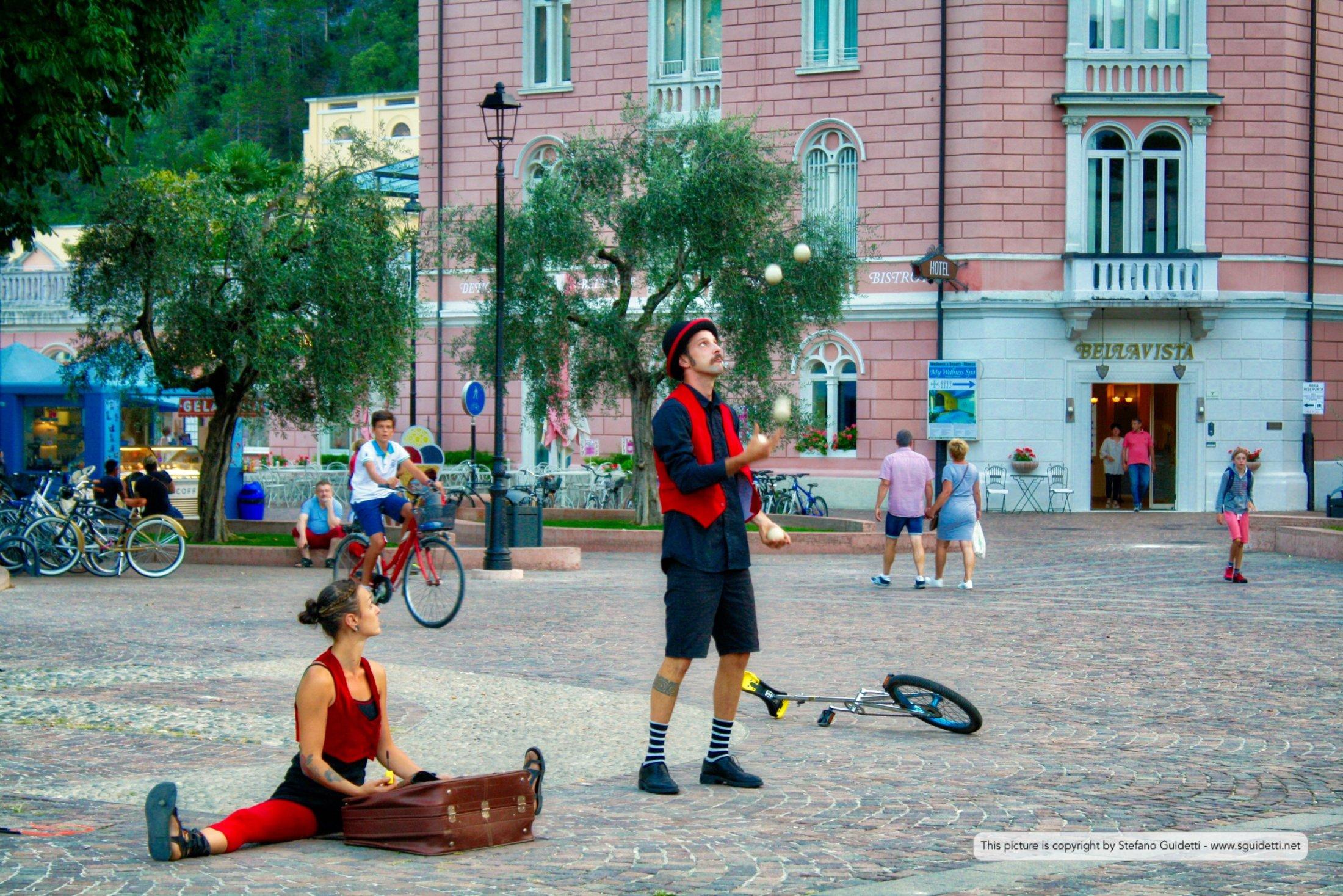 Giocolieri in piazza Cesare Battisti